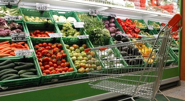 Vrem o lege care să reducă într-adevăr cantitățile uriașe de alimente care se risipesc în supermarketuri