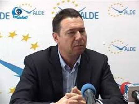 Cristian Dima – clona nereușită a lui Durbacă – a ieșit la cerșit voturile gălățenilor