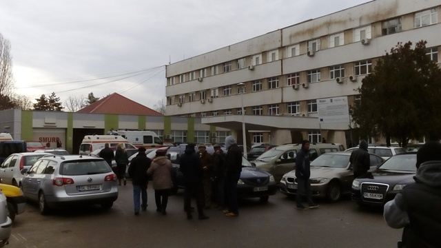 Hienele de la firmele de pompe funebre au pus stăpânire pe parcarea Spitalului de Urgență Galați