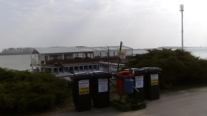 Terasa plutitoare a pesedistului Viorel Ștefan este păzită de o instalație de artă a gunoierilor de la Ecosal