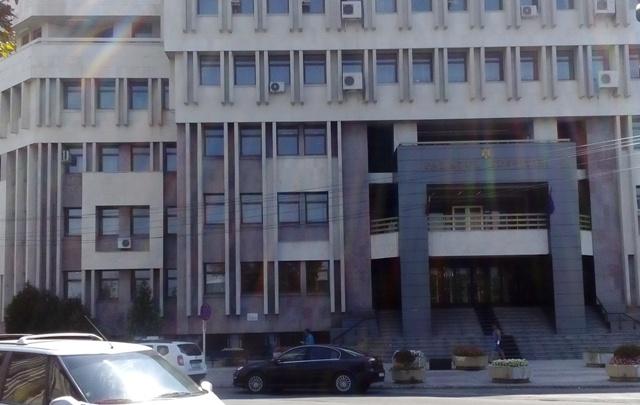 Gălățenii s-au săturat de injustiție și mai sparg pe caniculă geamurile Palatului de Justiție