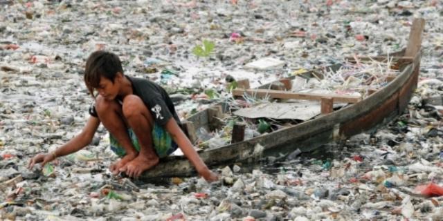 Apele noastre sunt sufocate de plastic