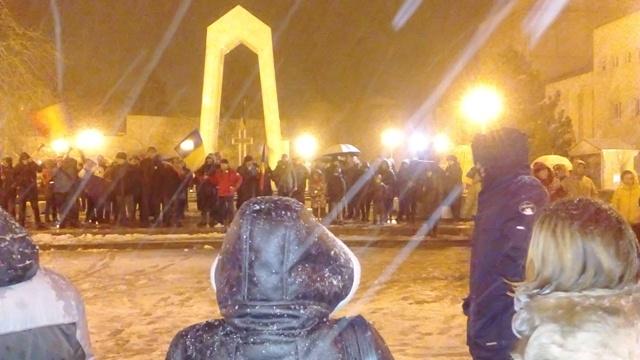 """Protestatarii gălățeni anti """"ciuma roșie"""" s-au împărțit între București și piața din fața Prefecturii"""