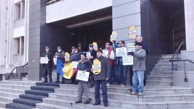 Magistrații gălățeni au împărțit manifestația din fața Palatului de Justiție cu protestatarii  #Rezist