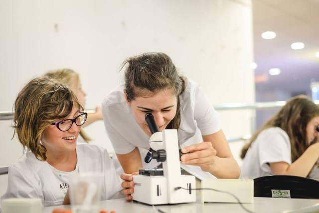 """""""Științescu"""" îi face pe copii să îndrăgească științele exacte!"""
