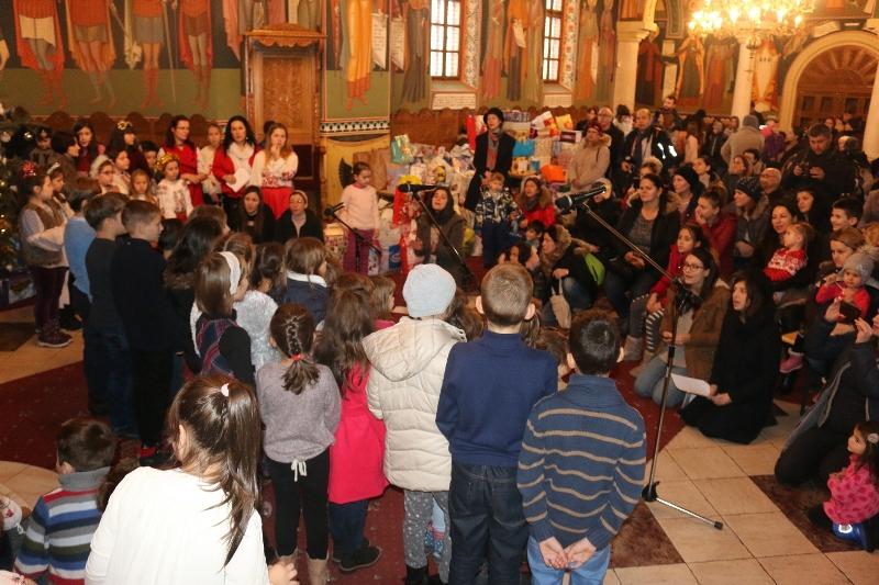 Dăruiți de Crăciun cărți, jucării și haine pentru copiii lipsiți de posibilități